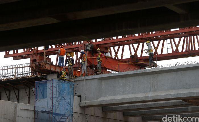 Pekerja melakukan proses pembangunan Tol Becakayu seksi 1A di Cipinang, Jakarta Timur.