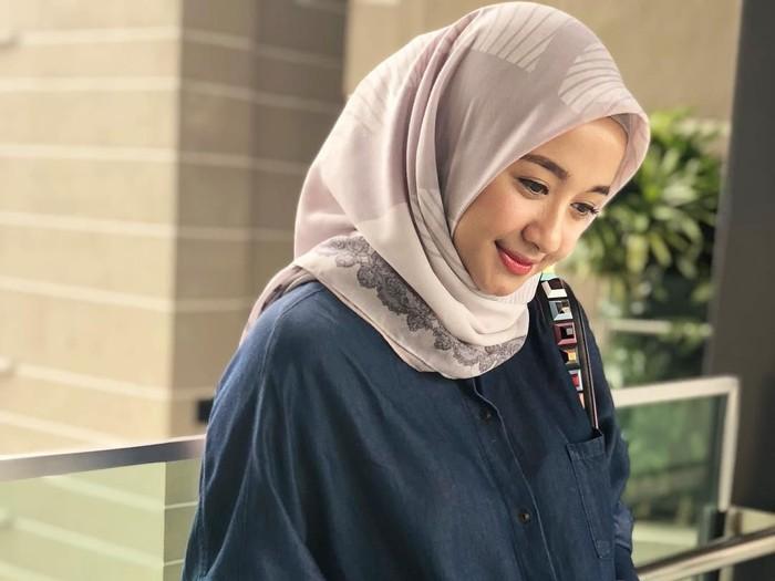4 Jenis Bahan Jilbab Laudya C Bella Yang Bikin Hijabers Penasaran