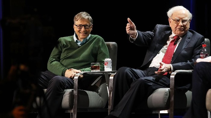 NEW YORK, NY - JANUARY 27: Bill Gates and Warren Buffett speak with journalist Charlie Rose at an event organized by Columbia Business School on January 27, 2017 in New York City. Gates and Buffett spoke on a range of topics including their friendship, business, philanthropy, global health, innovation, and leadership. (Photo by Spencer Platt/Getty Images)