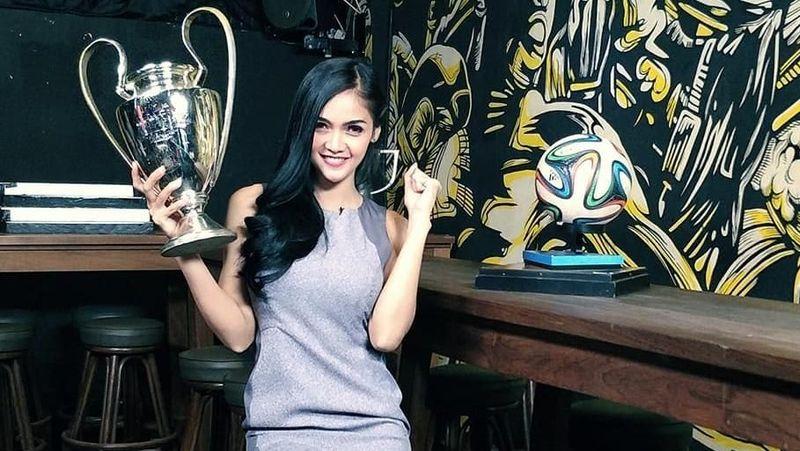 Kartika Berliana mulai dikenal sejak menjadi presenter acara sepakbola di TV. Kartika memang memiliki paras yang cantik dan badan yang aduhai (@kartikaberliana/Instagram)