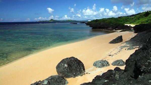 Ada Kabira Bay atau Teluk Kabira. Di sinilah, air sebening kristal dan pasir putih berada. Di sekitarnya, ada beberapa tebing yang dihiasi pepohonan hijau (Ishigaki-japan.com)