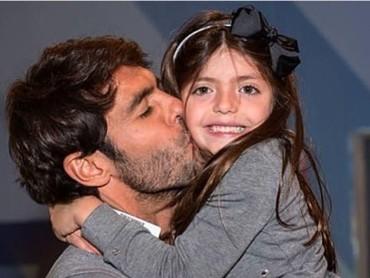 Mmmuach... Ciuman mesra sang ayah ke pipi putri kecilnya yang cantik. (Foto: Instagram Kaka)