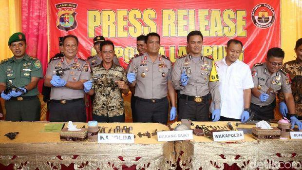 Polisi Tangkap Pembuat Senjata Api Rakitan di Lampung