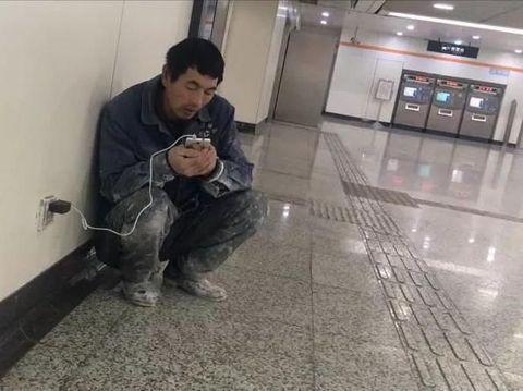 Pria Ini Tiap Malam Pergi ke Stasiun Cari Wifi, Alasannya Bikin Terharu