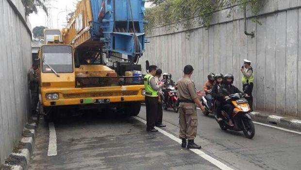 Petugas Kesulitan Evakuasi Crane yang Mogok di Underpass Senen