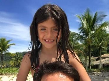 Ayah Kaka dan si bungsu, Isabella Celico Leite. Wah senangnya bisa main di pantai bersama. (Foto: Instagram Kaka)