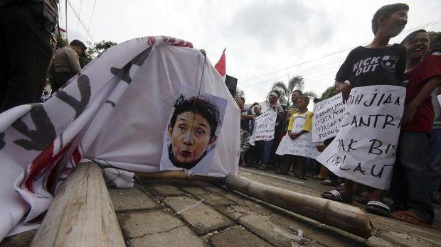 Demo nelayan Teluk Lampung terhadap kebijakan pelarangan cantrang di depan Kantor Dinas Kelautan dan Perikanan Provinsi Lampung,Selasa (9/1).