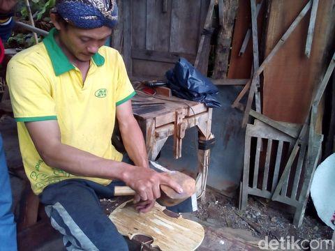 Menengok Pembuatan Biola dari Bahan Bambu di Kudus
