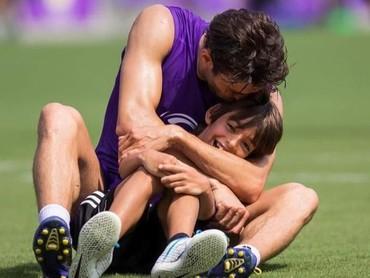 Nah yang ini Ayah Kaka sedang memeluk si sulung, Luca Celico Leite, di lapangan hijau. (Foto: Instagram Kaka)