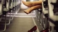 Bukan Hanya Bau, Melepas Sepatu di Pesawat Bisa Berbahaya Juga