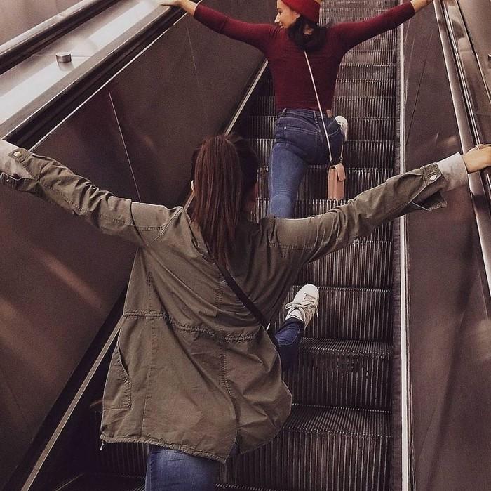 Tidak jelas siapa dan kapan hal ini dimulai, namun beberapa tahun belakangan mulai ramai orang-orang sengaja mengunggah foto dirinya sedang split di atas eskalator. (Foto: Instagram/emilysera)