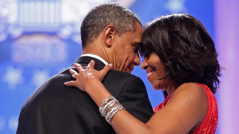 Romantisnya Barack Obama Bawa Bunga di Promosi Buku Istrinya/ Foto: Getty Images