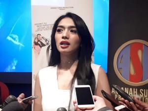 Angel Karamoy Menangis Bawakan Soundtrack Film Takut Kawin
