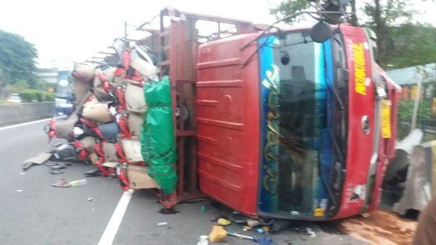 truk pengangkut motor terguling di ruas Tol Jakarta arah Tangerang