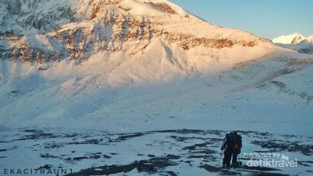 Momen Pertama Pendaki Indonesia Gapai Puncak Dhampus Nepal