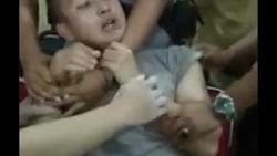 Beredar video viral menunjukkan seorang anggota polisi ketakutan saat akan disuntik. Ia sampai harus dipegangi oleh teman-temannya karena terus meronta.