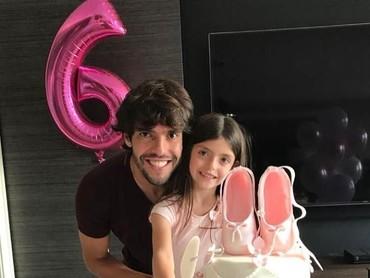 Aih lucunya kue ulang tahunnya Isabella, ada sepatunya lho. Sebelm dimakan kuenya, foto dulu bareng Ayah Kaka ya. Cekrek! (Foto: Instagram Kaka)