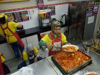 Usai Belanja di Supermarket Korea Ini Bisa Jajan Oden dan Tteok-bokki Hangat