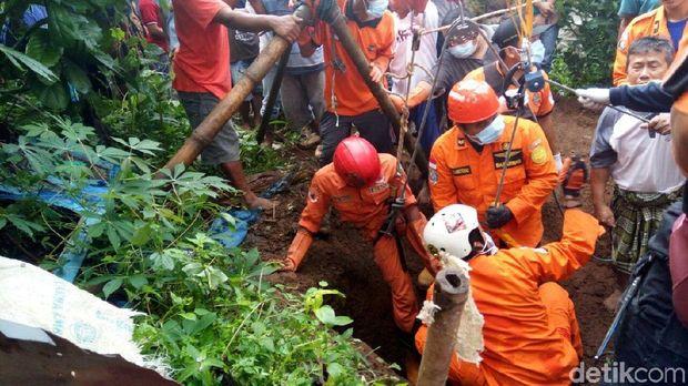 Proses evakuasi korban.