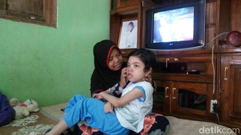 Menengok Sabrina, Gadis Penderita Cerebral Palsy di Semarang