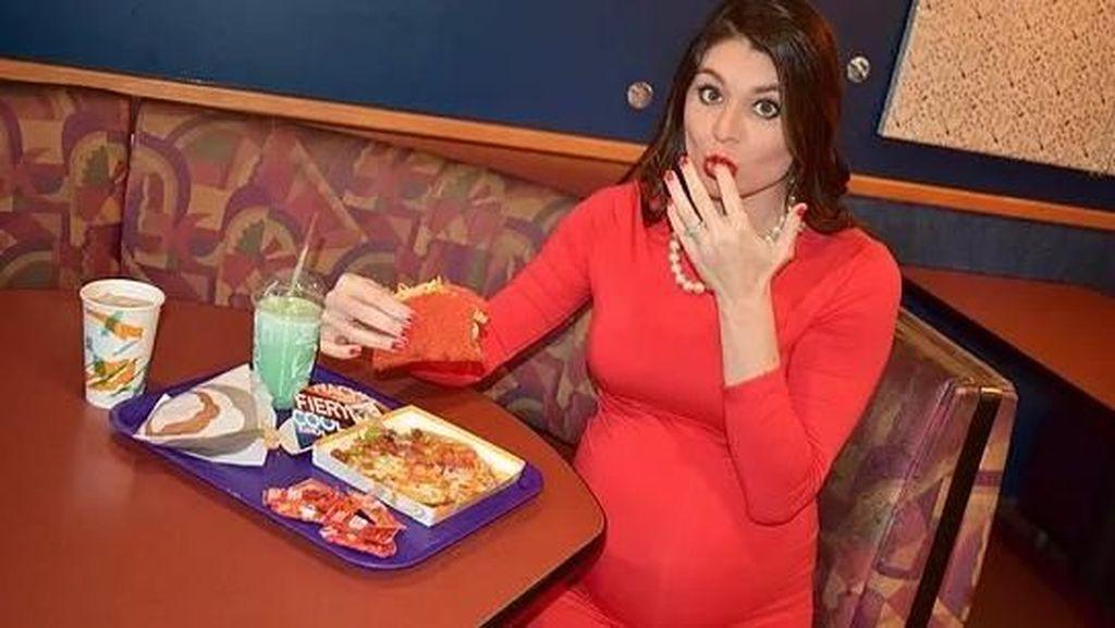 Saking Cintanya, Wanita Ini Lakukan Foto Kehamilan di Restoran Fast Food!