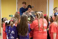 Pangeran Harry dan Meghan Markle dalam sebuah kegiatan amal.
