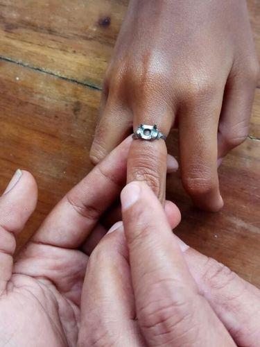Cincin yang ada di jari tengah itu dipasangkan orang tua siswi sejak kecil