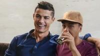 Raditya Dika dirangkul Cristiano Ronaldo. Foto: Instagram/citrahapsari__