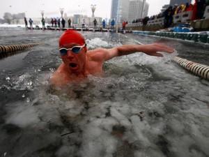Foto: Brrr! Lomba Renang Ekstrem di Dalam Kolam Es