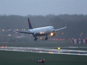Video Menegangkan! Pesawat Batal Mendarat Karena Angin Kencang