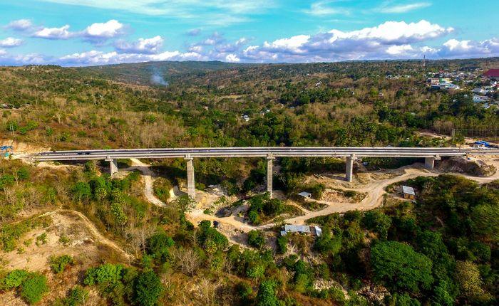 Jembatan ini terletak di Kecamatan Maulafa, Kota Kupang, NTT menghubungkan Pelabuhan Tenau Kupang, mengikuti arah Selatan Kota Kupang, menuju sejumlah kabupaten di daratan Timor Barat yakni Timor Tengah Selatan, Timor Tengah Utara, Belu dan Malaka. (Dok Ditjen Bina Marga).