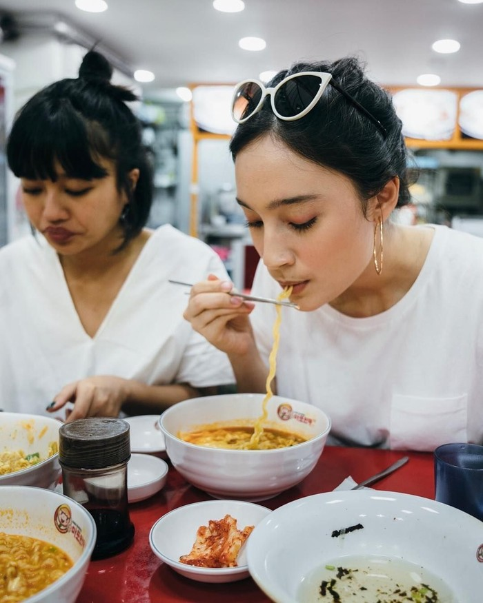 Saat sedang berlibur ke Korea, ia melahap semangkuk cheese ramyun. Saat berkunjung ke berbagai tempat, Tatjana mengaku suka makanan tradisional dari daerah yang ia kunjungi. Foto: Instragram @tatjanasaphira