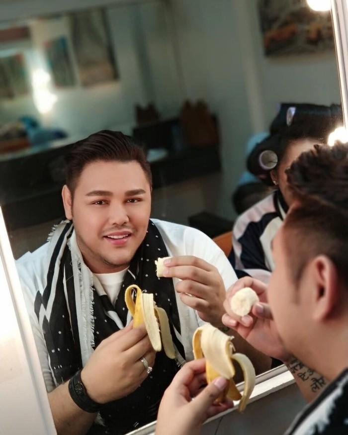 Menghadap ke depan cermin, pria yang akrab disapa Igun ini asyik menyantap pisang. Start ur day with fruit, tulis Igun dalam captions fotonya. Foto: Instagram @ivan_gunawan