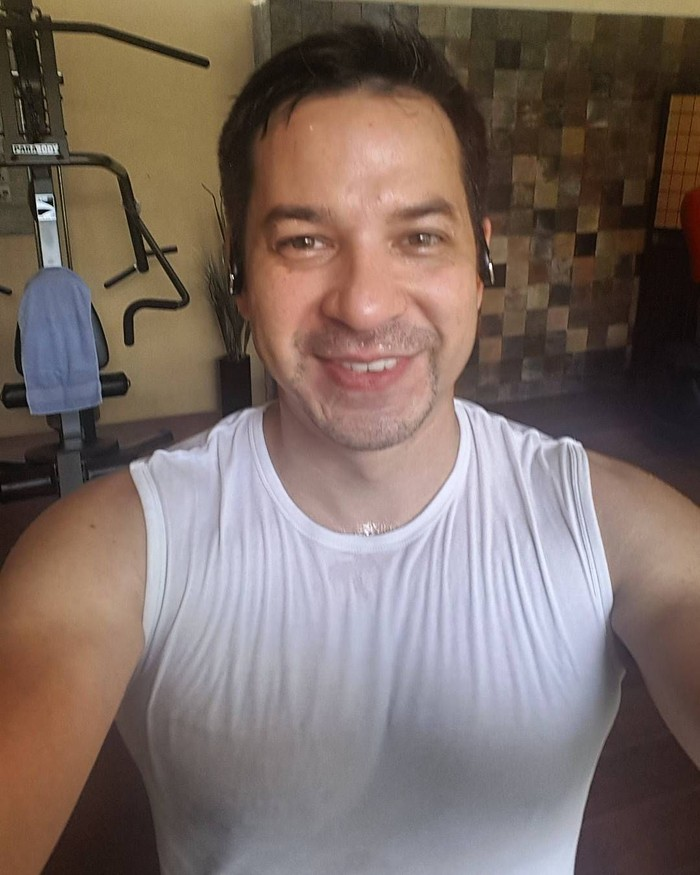 Aktor Arie Wibowo yang mengambil peran dalam drama series Jangan Ucapkan Cinta ternyata masih sangat menjaga kebugaran tubuhnya dengan ngegym di rumah. Foto: Instagram/ariwibowo_official