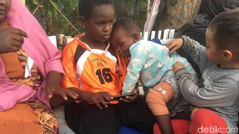 Bocah Pencari Suaka yang Kakinya Patah Ikut Telantar di Trotoar