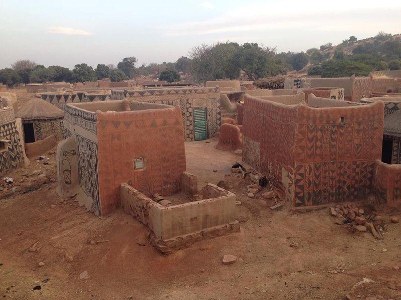 Sebuah desa di Burkina Faso, Afrika Barat, bernama Tiebele terbilang unik. Rumah di desa ini terbuat dari tanah liat. (susana_solano2/Instagram)