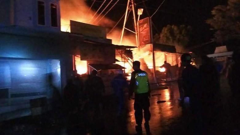 5 Kios dan 2 Rumah di Obyek Wisata Sarangan Terbakar