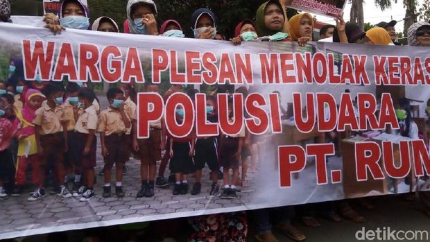 Warga menuntut PT RUM ditutup.
