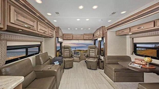 Bus ini dilengkapi dengan banyak fasilitas nyaman