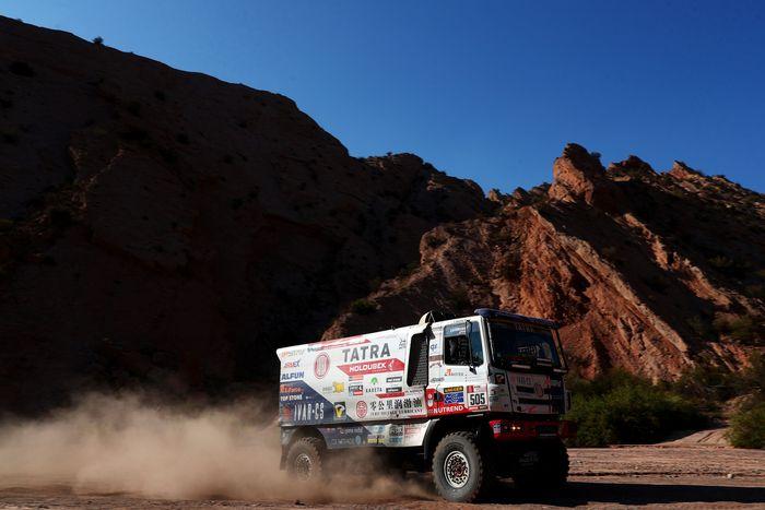 Seperti kelas motor, mobil, quad, dan atv, truk-truk yang turun di ajang Reli Dakar menempuh rute dan jarak tempuh yang sama. (Dan Istitene/Getty Images)