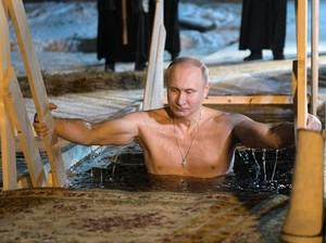 Saat Vladimir Putin Telanjang Dada dan Nyelup ke Danau