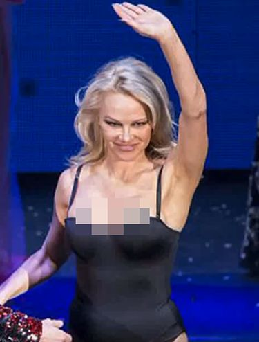 Pamela Anderson pakai leotard.