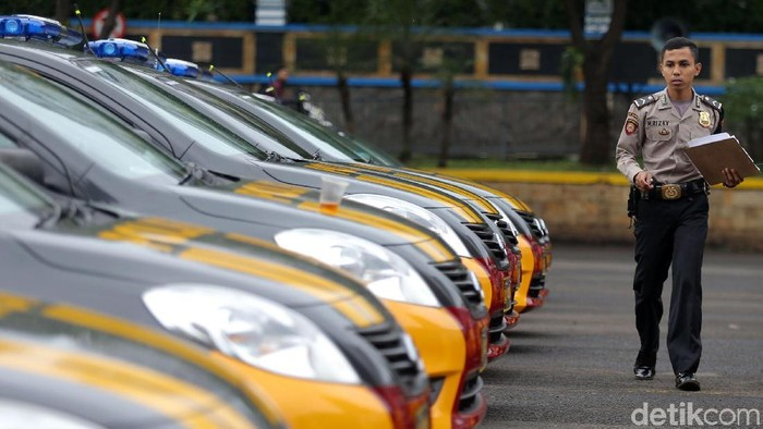 Petugas Polisi bersiap sebelum melakukan patroli di Polda Metro Jaya, Jakarta, Jumat (19/1/2018). Polda Metro Jaya memiliki 150 unit mobil patroli baru untuk menunjang operasional. Mobil patroli ini dilengkapi peralatan guna melengkapi tugas-tugas polisi di lapangan. Sesuai dengan namanya, mobil tersebut digunakan sebagai sarana petugas kepolisian dalam melakukan patroli. Dengan adanya penambahan unit mobil patroli ini, diharapkan Jakarta semakin aman. Adapun mobil untuk patroli ini keluaran Nissan type Almera. Selain alat komunikasi handy talkie, public address, mobil tersebut dilengkapi dengan alat pemadam api ringan (APAR) serta peralatan P3K.
