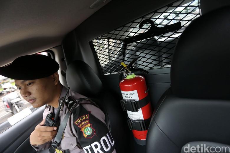 Alat Pemadam Api Ringan (APAR) di dalam mobil. Foto: Agung Pambudhy
