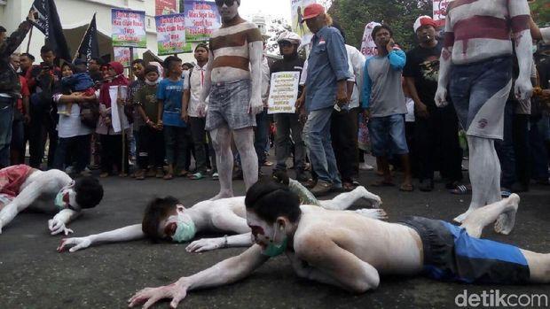 Aksi teatrikal dalam demonstrasi menuntut penutupan PT RUM.