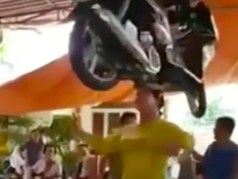 Heboh! Emak-emak Super, Taruh Motor Matik di Kepalanya Foto: Pool (Instagram)