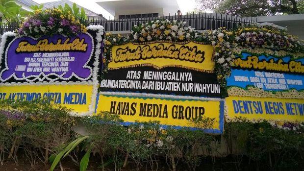 Karangan bunga di rumah duka ibunda CEO Transmedia, Atiek NW.