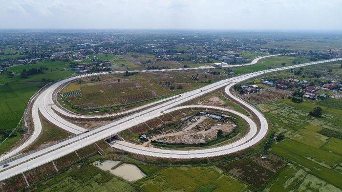 Konstruksi Jalan Tol Medan-Kualanamu-Tebing Tinggi (MKTT) seksi 1 (Tanjung Morawa-Parbarakan) sepanjang 10,75 km ditargetkan selesai pada April 2018. Foto: Dok PUPR/Ditjen Bina Marga