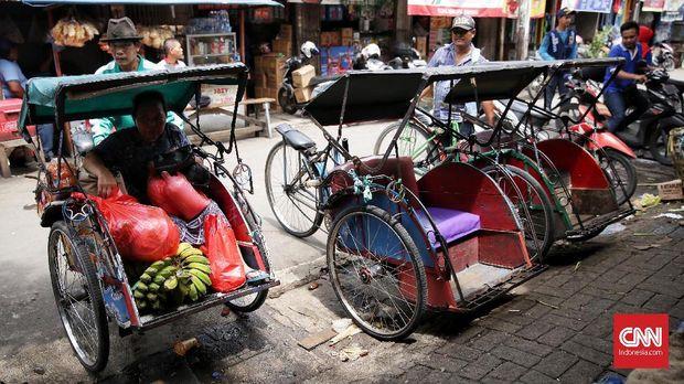 Para penarik becak, di Pasar Bahari, Tanjung Priok, Jakarta, 20 Januari.