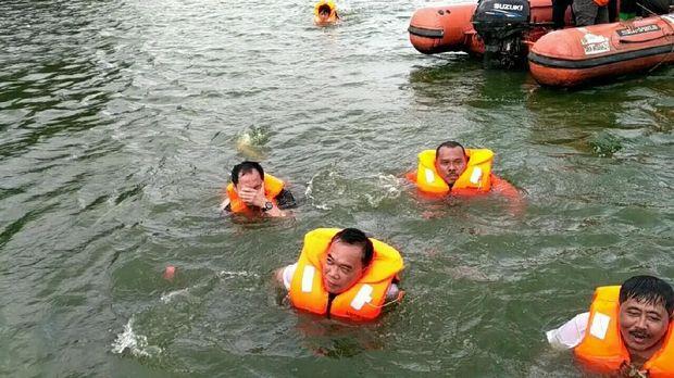 Wali Kota Jakarta Utara Husein Murad saat berenang di Danau Sunter Selatan 2